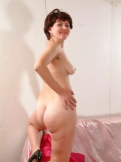 Dimple chick mature babe baring all for you