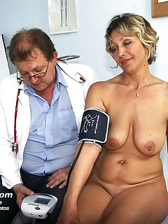 Midle aged Vanda  spreads her perverted hole wide for gyno practitioner at clinic