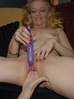 This kinky mature slut loves a good fist up her snatch