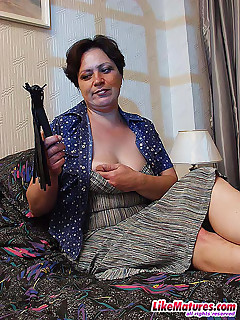 Boy satisfies the itch of horny mature babe