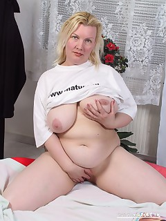 Chubby mature cunt playing and sucking cock