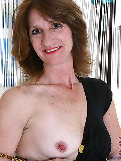 Anilos mom Kimberly spreads her legs wide open and caressing her pussy really good indoors
