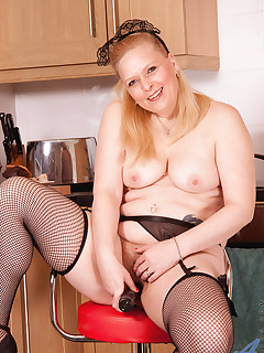 Horny cougar housemaid Tamara spreads her legs and plunges her huge black toy deep in her pussy