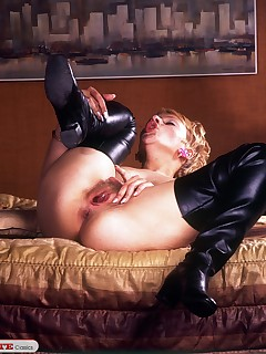 Nice babe in leather boots gets some masturbation pleasure