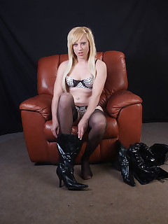 Axa always plays with her pussy after she puts on her leather boots