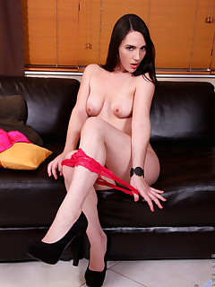 Beautiful mature babe stimulates her pussy with a magic wand