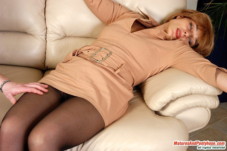Mature pantyhose seduction